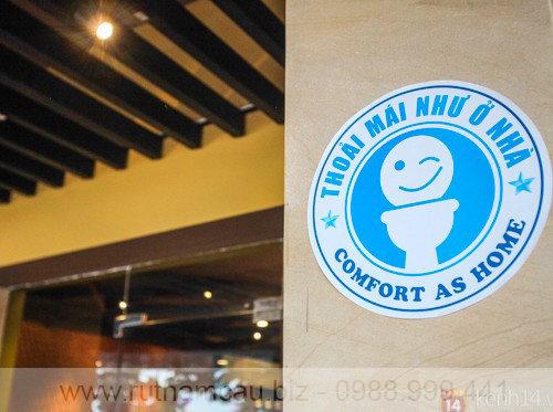 Logo nhà vệ sinh công cộng ở Đà Nẵng được dán bên ngoài một cửa hàng
