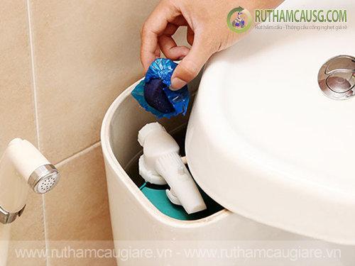 Cách sử dụng viên tẩy bồn cầu để tẩy sạch các vết bẩn