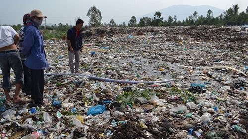 Hình ảnh ô nhiễm môi trường đất do xả rác bừa bãi