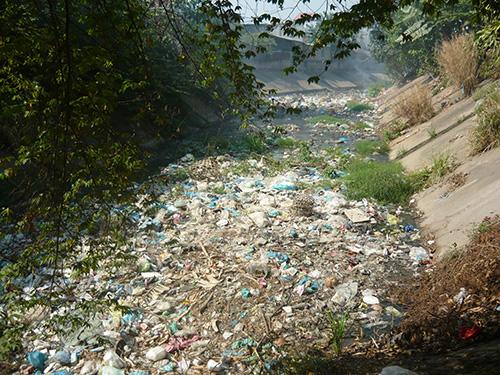 Hình ảnh ô nhiễm môi trường nước do nghẹt rác