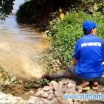 Chất thải hầm cầu xả xuống hồ giữa ban ngày