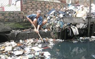 Hình ảnh ô nhiễm môi trường nước do xả rác bừa bãi
